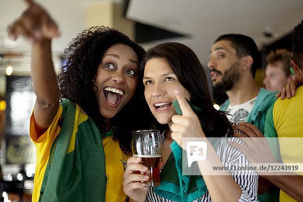Brasilianische Fußballfans beobachten Spiel in der Bar