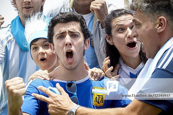 Argentinische Fußballfans jubeln über das Spiel