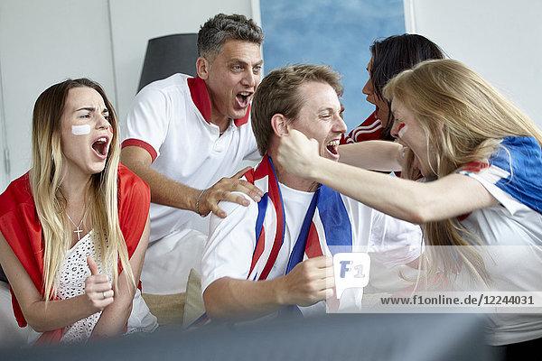 Britische Fußballfans feiern Sieg beim Fernsehen