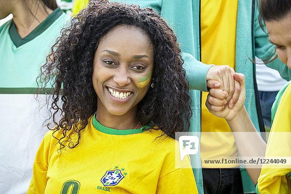 Brasilianischer Fußballanhänger lächelt fröhlich,  Porträt