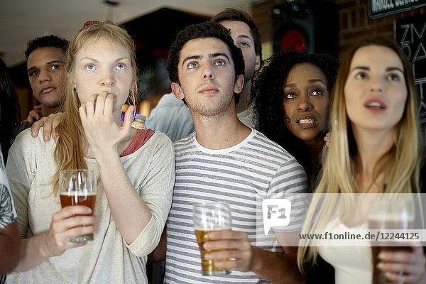 Sportbegeisterte beobachten das Spiel in der Bar