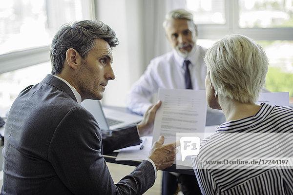 Geschäftsmann-Treffen mit Ehepaar