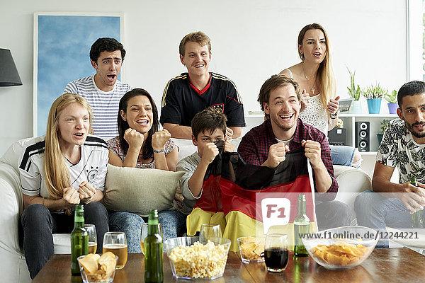 Deutsche Fußballfans beim Fußballspiel zu Hause