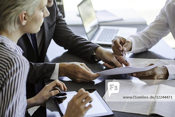Geschäftsmann erklärt den Kollegen das Dokument