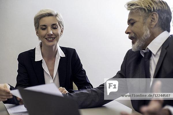 Finanzberater im Gespräch mit dem Kunden