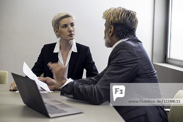 Geschäftsfrau im Gespräch mit Finanzberaterin