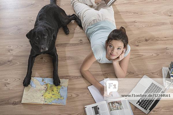 Junge Frau mit Hund zuhause