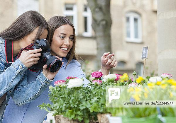Zwei junge Frauen beim Fotografieren