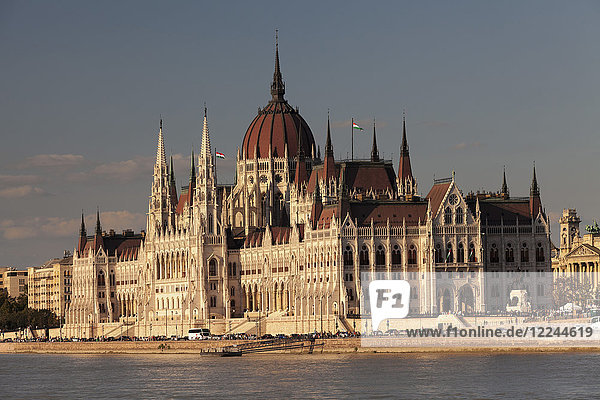 Parliament Building at sunset  River Danube  UNESCO World Heritage Site  Budapest  Hungary  Europe