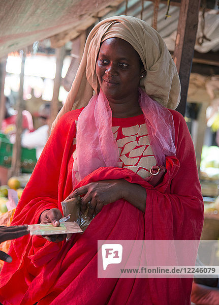 A colourfully dressed woman in the market in Stone Town  Zanzibar  Tanzania  East Africa  Africa