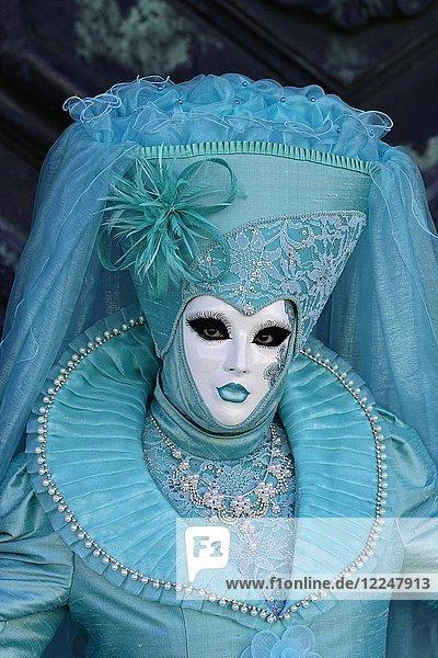 Frau im türkisen Karnevalskostüm  Karneval in Venedig  Italien  Europa