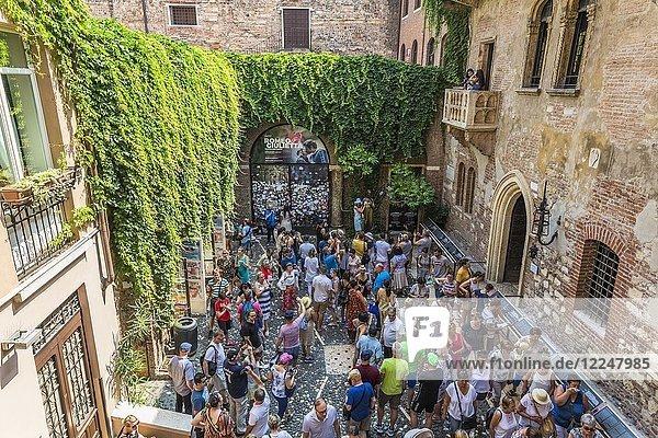 Touristen im Innenhof  Haus der Julia  Casa di Giulieta  Via Cappello  Verona  Venetien  Italien  Europa