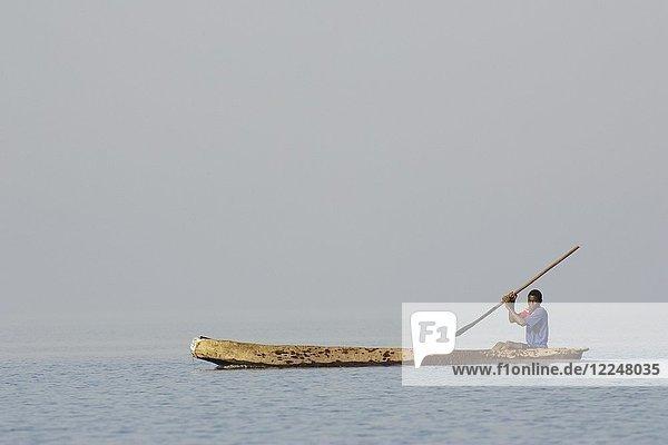 Ein Tonga-Fischer am Kariba-See  Sambia  Afrika