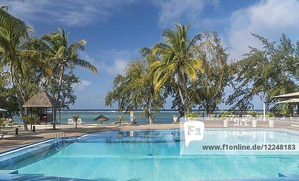 Palmen am Pool des Cotton Bay Resort & Spa mit Ausblick zum Meer  Pointe Cotton  Insel Rodrigues  Mauritius  Afrika