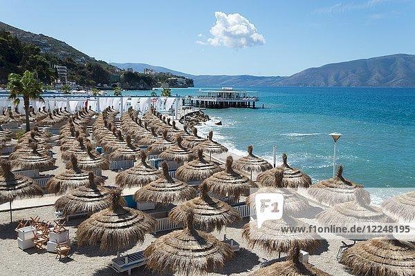 Strand und Bar  Uji i Ftohte bei Vlora  Riviera  Ionisches Meer  Albanien  Europa