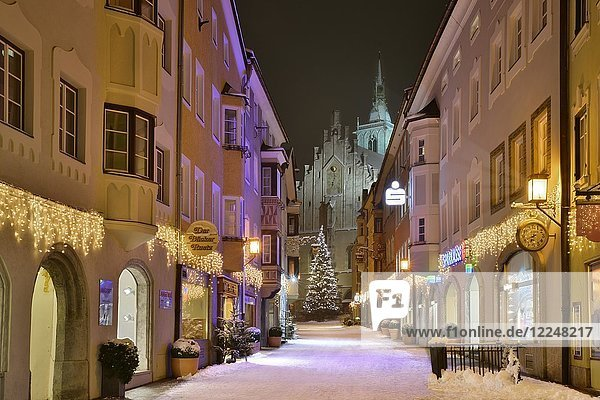 Franz-Josef-Straße and parish church in winter  Schwaz  Tyrol  Austria  Europe