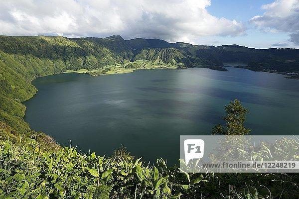 Lagune Lagoa Azul an der Caldeira das Sete Cidades  Sao Miguel  Azoren  Portugal  Europa