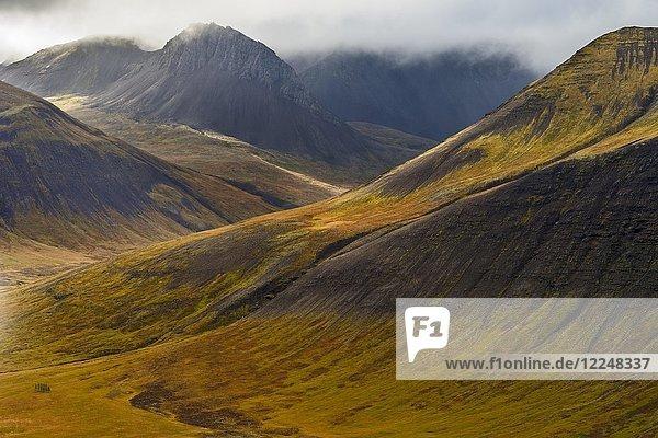 Wolkenstimmung vor Bergen in Herbstfarben  Westfjorde  Island  Europa