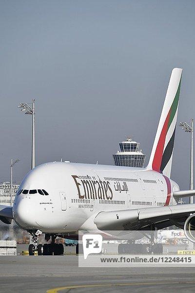 Emirates  Airbus  A380-800  Roll Out auf Startbahn Süd  mit Tower  Flughafen München  Oberbayern  Deutschland  Europa