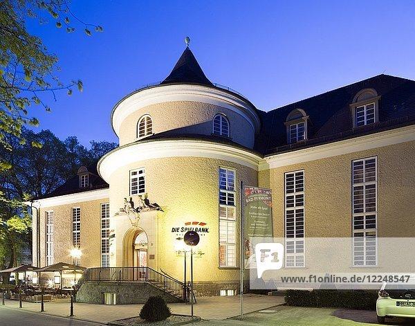 Konzerthaus an der Hauptallee im Kurviertel  heute auch Sitz der Spielbank  blaue Stunde  Bad Pyrmont  Niedersachsen  Deutschland  Europa
