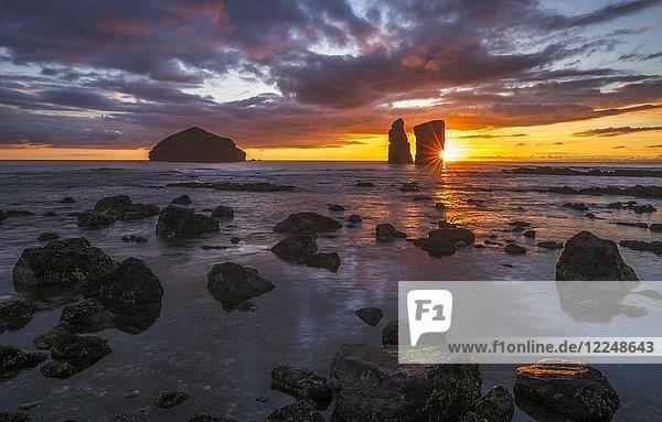 Sonnenuntergang hinter Felsformation am Strand von Mosteiros an der Westküste von Sao Miguel  Azoren  Portugal  Europa