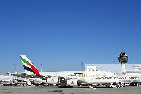 Emirates Airlines  Airbus A380-800  mit Tower  Flughafen München  Oberbayern  Deutschland  Europa