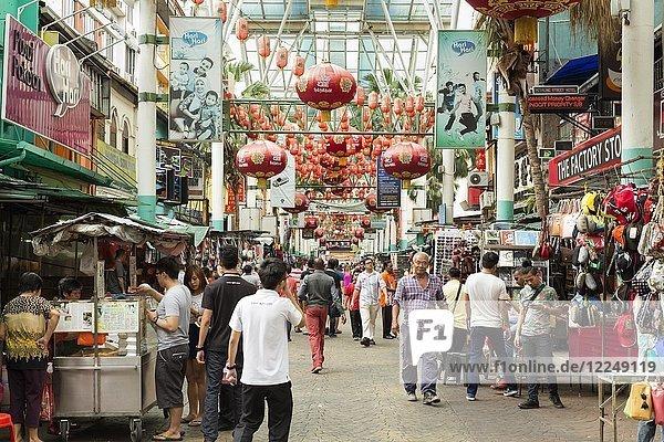 Menschen auf der Petaling Street in Chinatown  Kuala Lumpur  Malaysia.