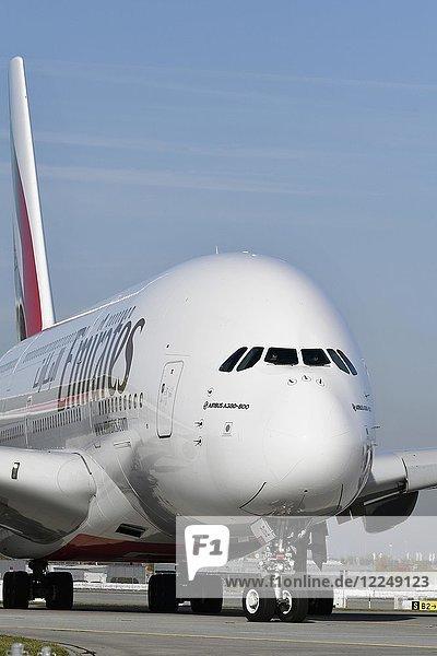 Emirates  Airbus  A380-800  Roll Out auf Startbahn Süd  Flughafen München  Oberbayern  Deutschland  Europa