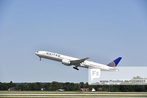 United Airlines beim Starten  Boeing B777-222  Flughafen München  Bayern  Deutschland  Europa
