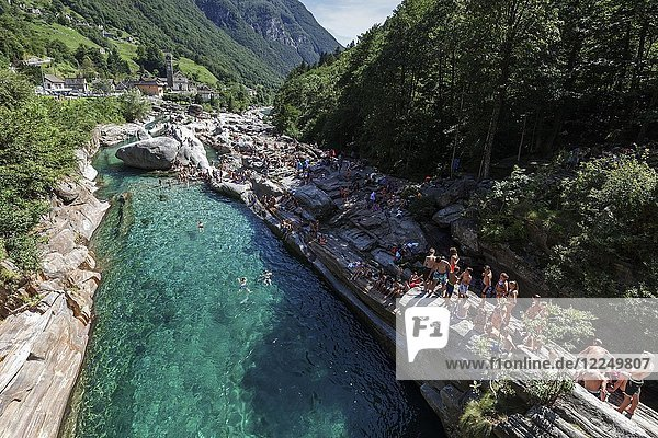 Badende Leute auf Felsen an der Verzasca  bei Lavertezzo  Verzascatal  Valle Verzasca  Kanton Tessin  Schweiz  Europa