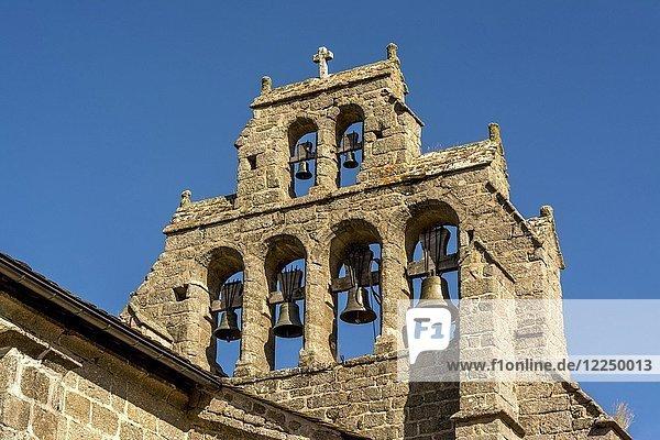 Typischer Belle-Turm der Kirche in Chanaleilles an der Via Podiensis  Camino de Santiago  Pilgerweg  Departement Haute-Loire  Auvergne-Rhône-Alpes  Frankreich  Europa