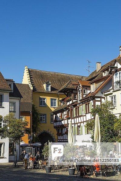 Platz vor dem Neuen Schloss mit Restaurants  Meersburg  Bodensee  Baden-Württemberg  Deutschland  Europa