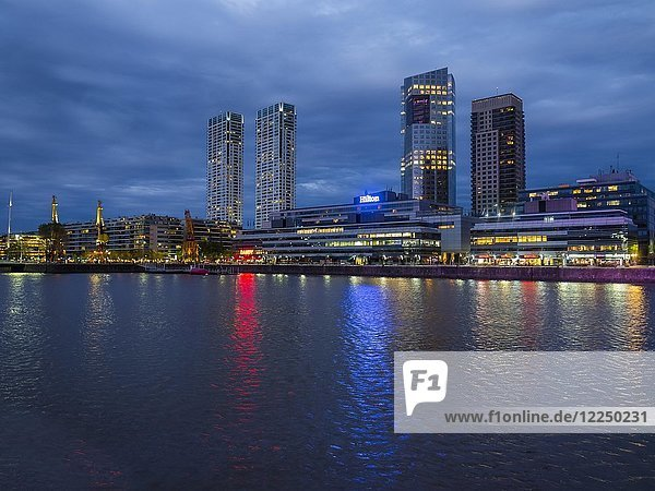 Hochhäuser am Dock Süd am Fluss Río de la Plata  Abenddämmerung  Puerto Madero  Buenos Aires  Argentinien  Südamerika