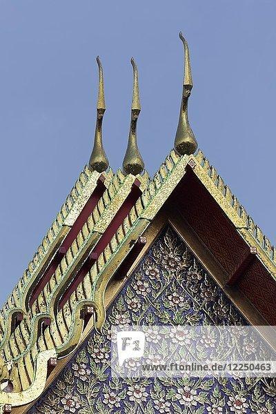 Tempeldach mit Giebelmosaik  Wihan des Wat Pho  buddhistische Tempelanlage  Ko Ratanakosin  Bangkok  Thailand  Asien