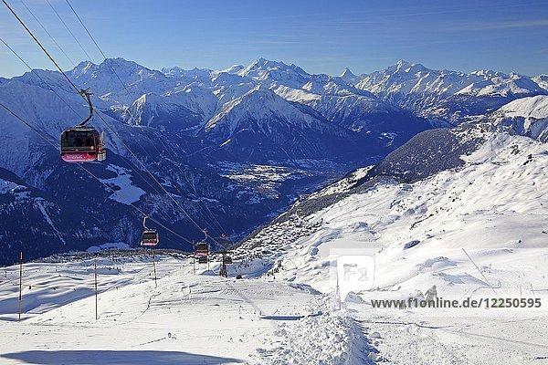 Seilbahn zum Bettmerhorn mit Aussicht auf das Dorf und das Rhonetal  dahinter Fletschhorn 3985m  Dom 4545m  Matterhorn 4478m und Weisshorn 4505m  Bettmeralp  Aletschgebiet  Oberwallis  Wallis  Schweiz  Europa