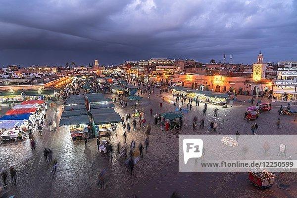 Marktplatz Djemaa el Fna in der Abenddämmerung  Marrakesch  Marokko  Afrika
