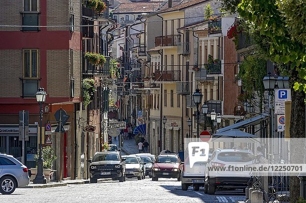Belebte Straße Corso Vittorio Emanuele  Agnone  Molise  Italien  Europa