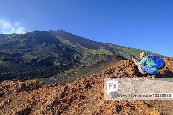 Tourist fotografiert,  Vulkanlandschaft,  Vulkan Ätna,  Provinz Catania,  Silzilien,  Italien,  Europa