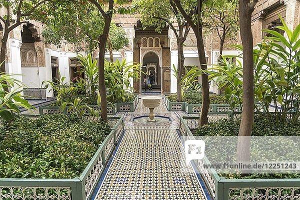 Innenhof mit Brunnen im Palast von Bahia  Marrakesch  Marokko  Afrika