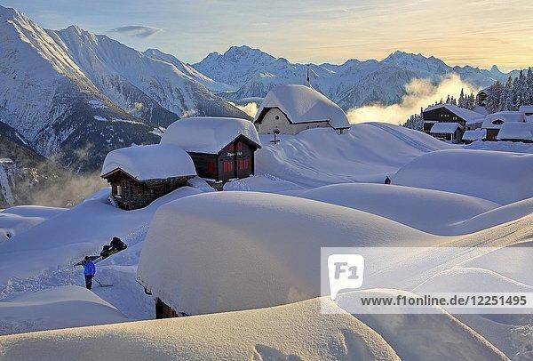 Verschneite Kapelle Maria zum Schnee im Dorfzentrum  dahinter Fletschhorn 3985m  Dom 4545m und Matterhorn 4478m  Bettmeralp  Aletschgebiet  Oberwallis  Wallis  Schweiz  Abendsonne  Europa