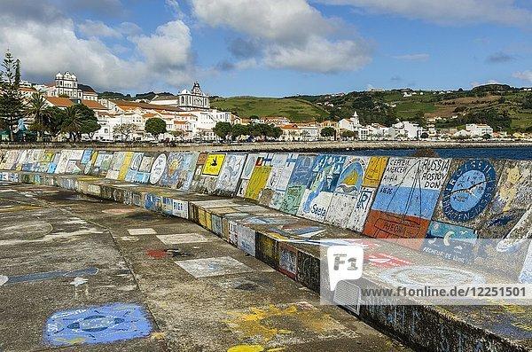 Mit Graffiti bemalte Mauer im Hafen von Horta  Insel Faial  Azoren  Portugal  Europa