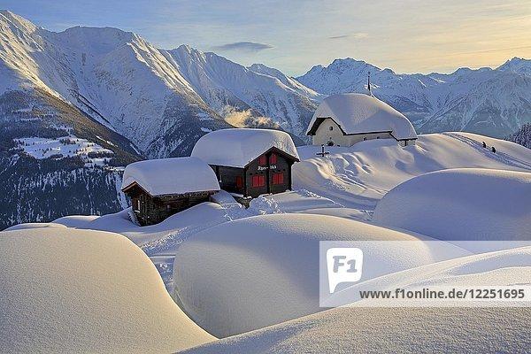 Verschneite Kapelle Maria zum Schnee im Dorfzentrum  dahinter Fletschhorn 3985m  Bettmeralp  Aletschgebiet  Oberwallis  Wallis  Schweiz  Europa