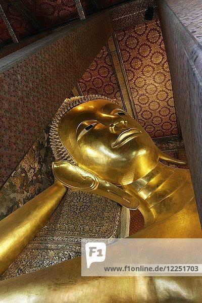 Liegender Buddha  vergoldet  Wat Pho  buddhistischer Tempel  Ko Ratankosin  Bangkok  Thailand  Asien