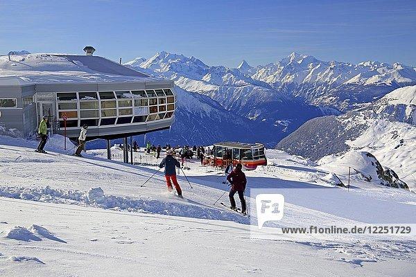 Berg-Restaurant am Skigebiet auf dem Bettmerhorn  dahinter Dom 4545m  Matterhorn 4478m und Weisshorn 4505m  Bettmeralp  Aletschgebiet  Oberwallis  Wallis  Schweiz  Europa