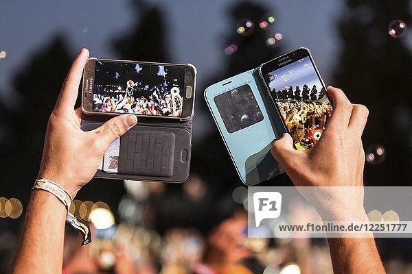 Festivalbesucher macht Fotos mit Handy,  Iphone von der britischen Band Skunk Anansie mit Sängerin Deborah Anne Dyer alias Skin live beim 26. Heitere Open Air in Zofingen,  Aargau,  Schweiz,  Europa