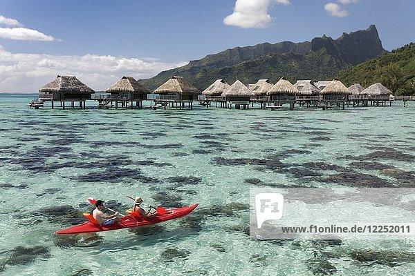 Lagune  Wasserbungalows  Paddelboot  Moorea  Pazifik  Gesellschaftsinseln  Französisch Polynesien