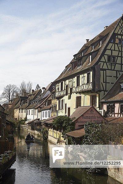 Fachwerkhäuser am Ufer des Flüsschens Lauch in der Altstadt  Colmar  Elsass  Frankreich  Europa