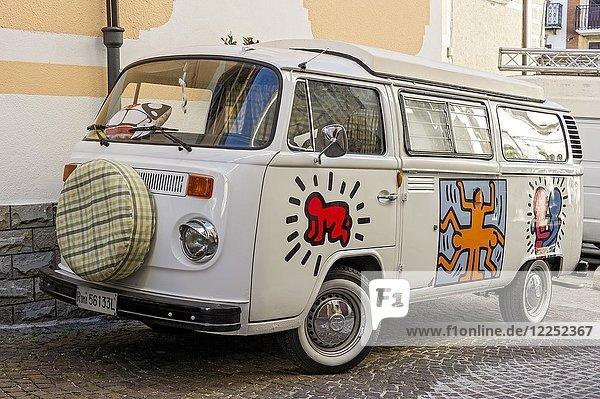 Weißer VW-Bus  Campingbus Volkswagen VW Typ 2 T2  Bulli  Oldtimer  Agnone  Molise  Italien  Europa