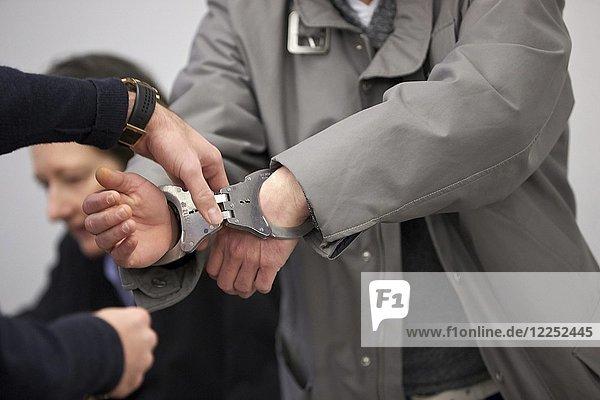 Angeklagter im Prozess um den Überfall auf eine Postagentur in Koblenz betritt am in Handschellen den Gerichtssaal  Landgericht Koblenz  Rheinland-Pfalz  Deutschland  Europa