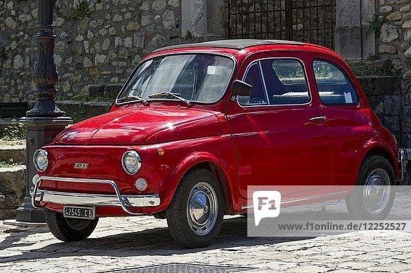 Roter FIAT Nuova 500 L  Cinquecento  Oldtimer  Molise  Italien  Europa